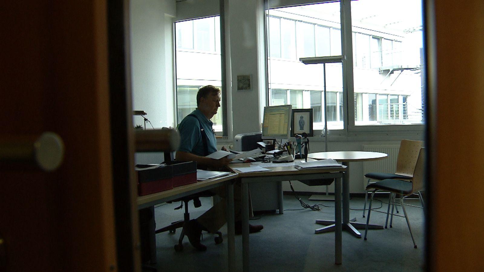 EINMALIGE VERWENDUNG Überfall am Arbeitsplatz - Leben mit der Angst danach. Ein Film vonChristina ZÃ?hlke. Donnerstag, 13.3.2014 um 22.30 Uhr im WDR Fernsehen