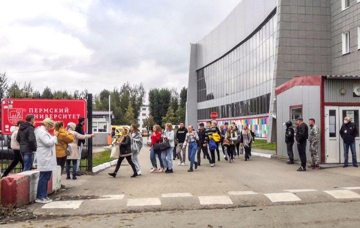 Evakuierung der Universität: Studenten verlassen den Campus