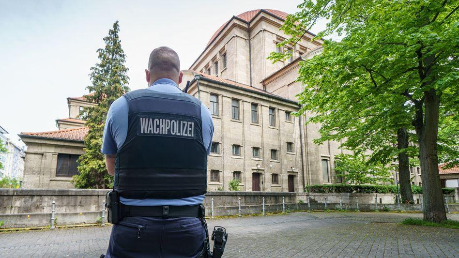 Polizist von einer Synagoge in Frankfurt am Main: Sicherheitsvorkehrungen sollen verstärkt werden (Symbolbild)