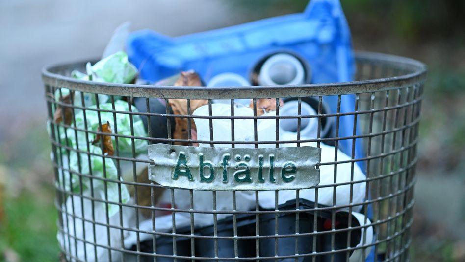 Abfalleimer mit Plastikmüll