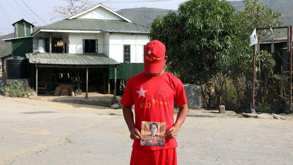 Ein Demonstrant zeigt ein Bild der festgesetzten Regierungschefin Aung San Suu Kyi