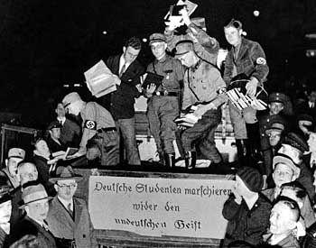 """Bücherverbrennung im Jahr 1933: """"Deutsche Studenten marschieren wider den undeutschen Geist"""""""