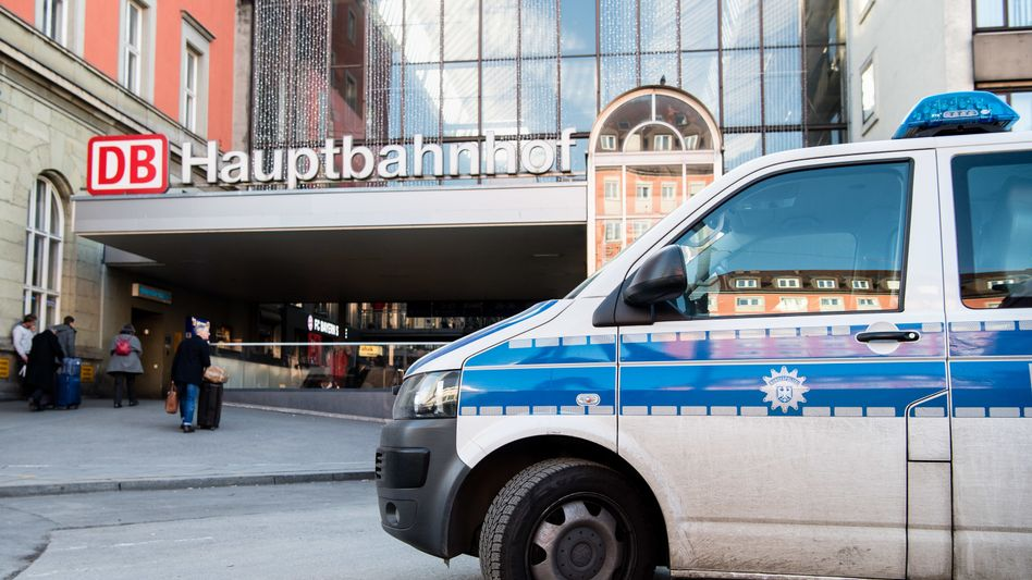 München: Ein Fahrzeug der Bundespolizei steht vor einem Eingang zum Hauptbahnhof