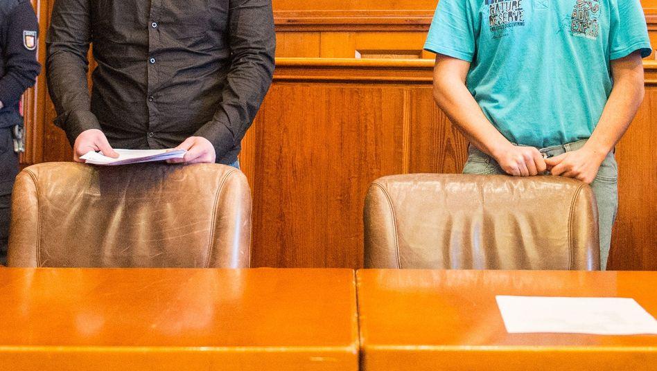 Angeklagte im Gerichtssaal in Flensburg
