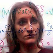 Frau vor Matheaufgabe: Lernfähigkeit von Hormonhaushalt beeinflusst?
