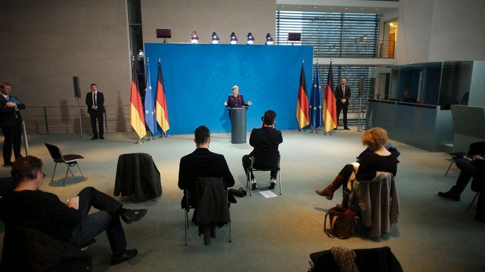 Merkel und Journalisten im Kanzleramt: Auf Abstand
