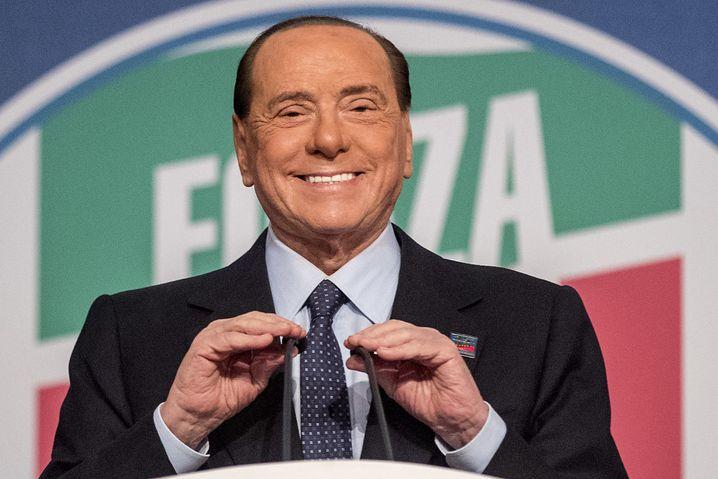 """ARCHIV - 30.03.2019, Italien, Rom: Silvio Berlusconi, Präsident der Partei Forza Italia, nimmt an einer Nationalversammlung der Partei teil. (zu dpa:"""" Vom Kosmonauten bis zur Starköchin - Promis auf dem Weg nach Europa"""") Foto: Roberto Monaldo.Lapress/LaPresse via ZUMA Press/dpa +++ dpa-Bildfunk +++  """