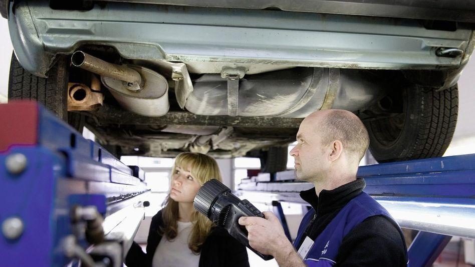 TÜV-Mitarbeiter, Kundin bei Hauptuntersuchung: Gefestigtes Feindbild