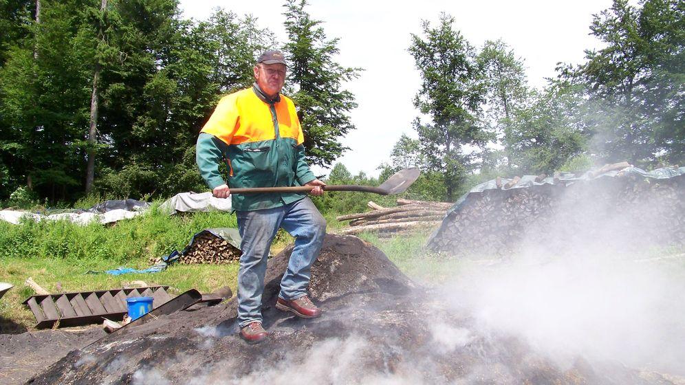 Kein Tag ohne Qualm: Wie ein Köhler Holzkohle macht