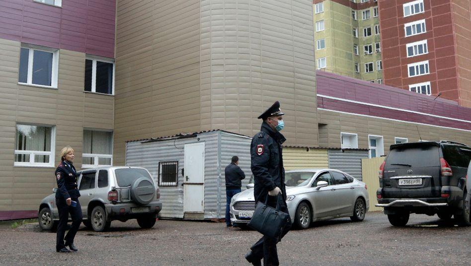 Russische Sicherheitsbeamte vor der Klinik im sibirischen Omsk, in der Alexej Nawalny zunächst behandelt wurde, ehe er in die Berliner Charité geflogen wurde