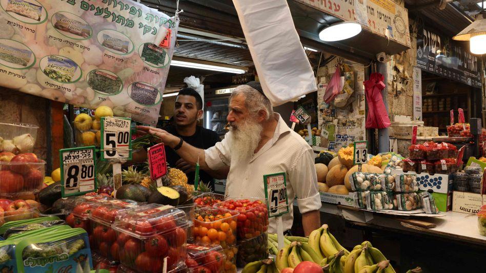 Bereits Anfang des Monats gingen viele Israelis ohne Maske einkaufen, wie hier auf einem Markt in Jerusalem