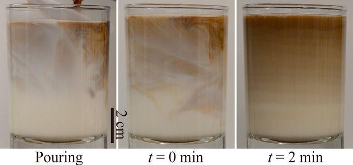Milchglas, kurz nachdem Espresso zugegeben wurde