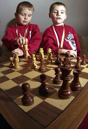 Hochbegabtes Zwillingspaar: Schlechte Karten im starren Schulsystem