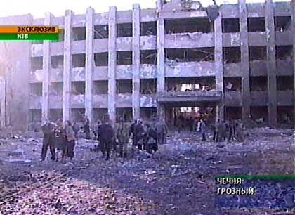 Mit bloßen Händen suchen Menschen nach der Explosion nach Verschütteten