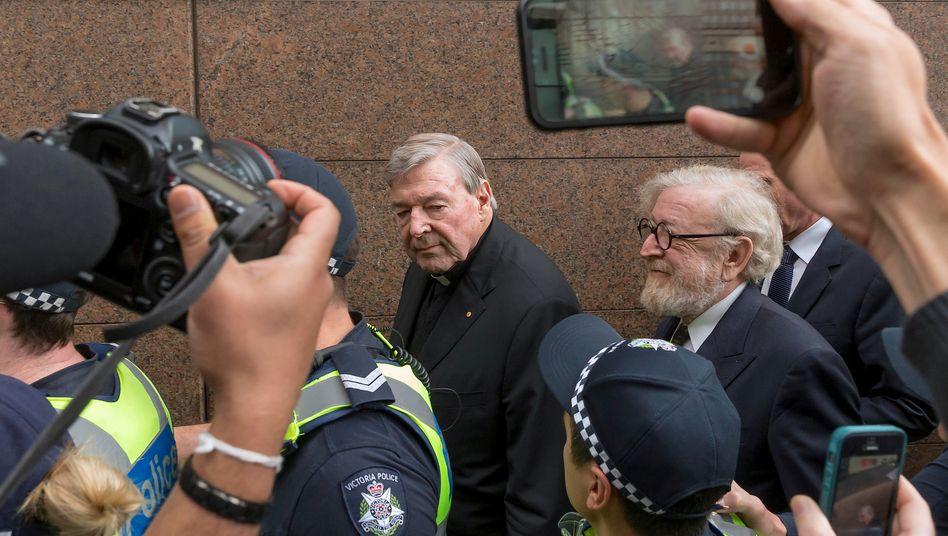 Kardinal George Pell beim Verlassen des Gerichts in Melbourne im Juli 2017