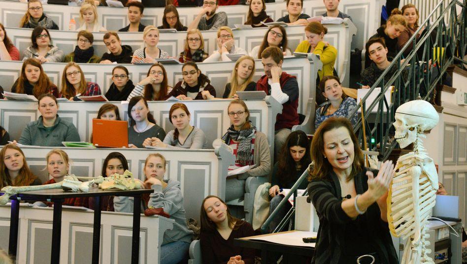 Medizinstudenten an der Martin-Luther-Universität Halle-Wittenberg (Archiv)