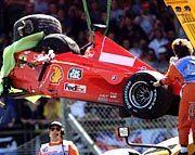 Nach dem Unfall von Silverstone: Schumachers F 399 am Haken