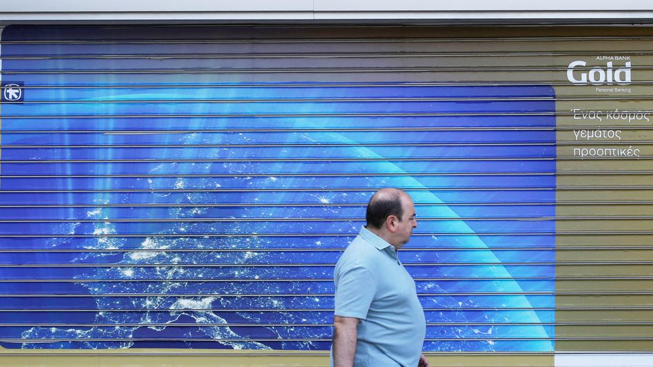 Grieche vor Bank: Vier Phasen der Trauer