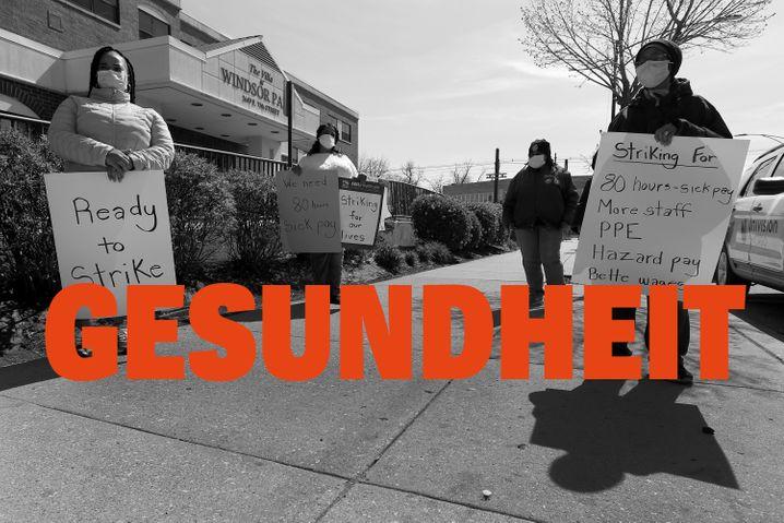 Mitarbeiter der Pflegeeinrichtung The Villa at Windsor Park in Chicago demonstrieren im Mai 2020 für bessere ArbeitsbedingungenCharles Rex Arbogast/ AP Photo