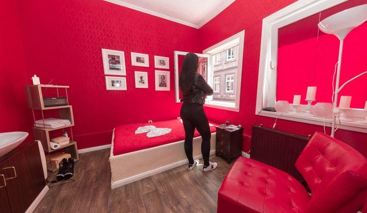 Prostituierte in ihrem Zimmer in Hamburg: Freier dürfen hier noch nicht empfangen werden