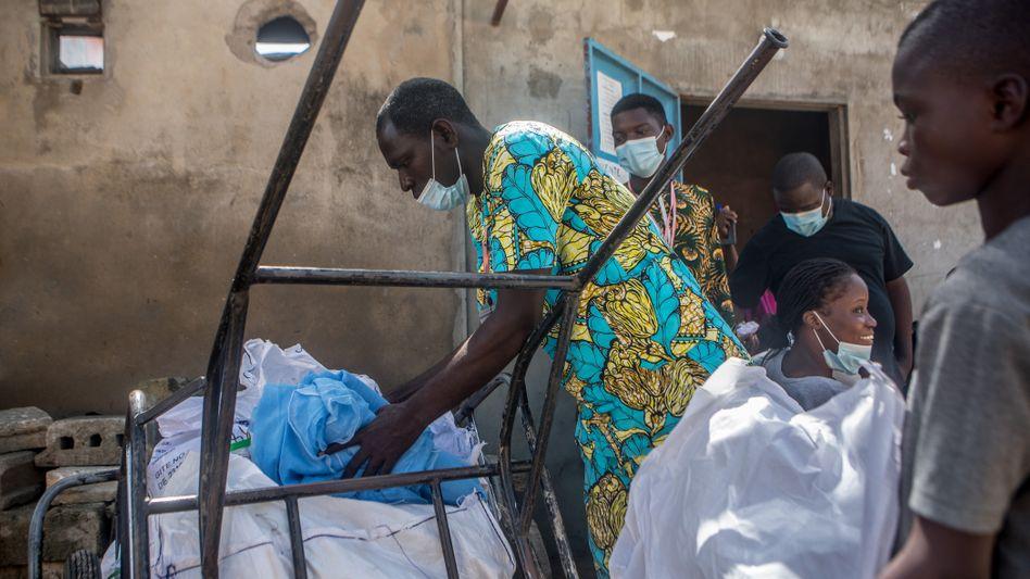 Ein Mann verteilt Moskitonetze zum Schutz vor Malaria in Benin