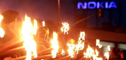 Demonstranten mit Fackeln vor dem Nokia-Werk in Bochum: Barroso will, dass die Bundesregierung für sie Gelder aus dem Globalisierungsfonds beantragt