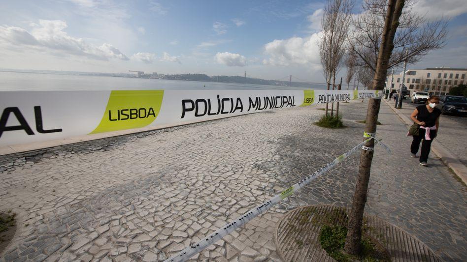 Passantin in Lissabon (im März): 928 neue Infektionen binnen 24 Stunden