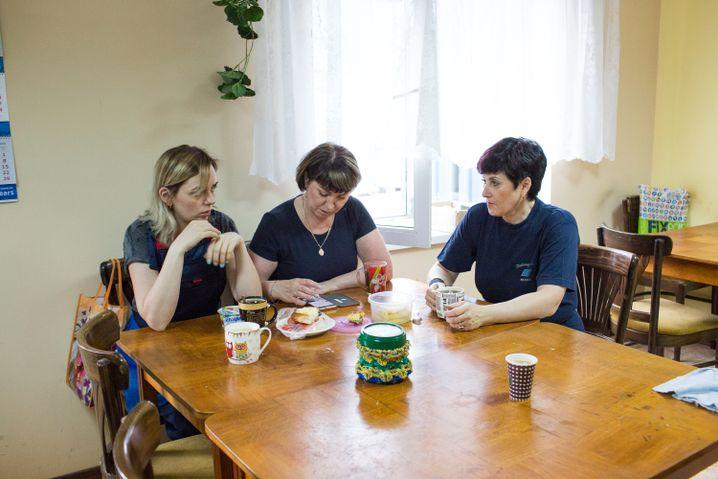 """Anna mit ihren Kolleginnen im """"Erholungszimmer"""", wie der Raum heißt"""