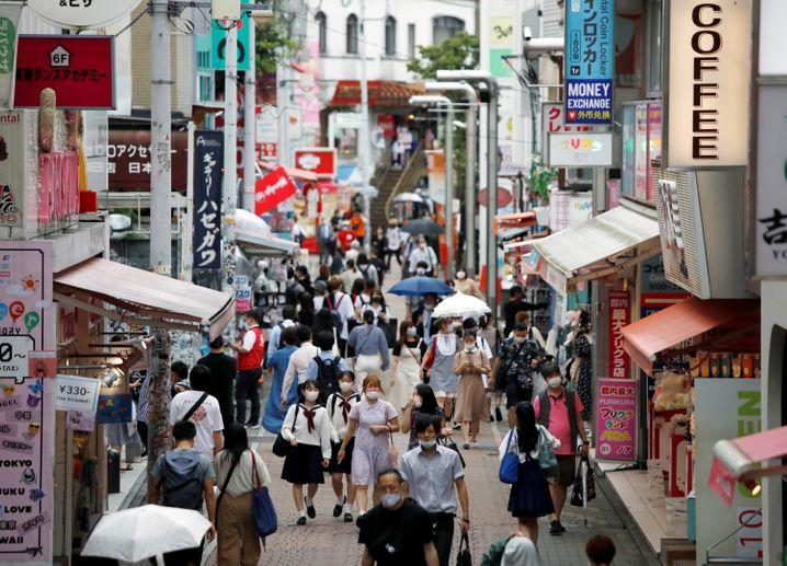 Menschen in der Tokioter Takeshita-dori Straße: Anstieg der Corona-Infektionen auch in Japan