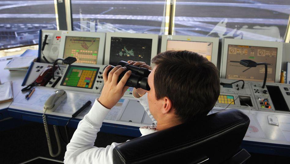 Fluglotse auf dem Tower am Flughafen in Bremen: Ufo-Alarm in der Hansestadt
