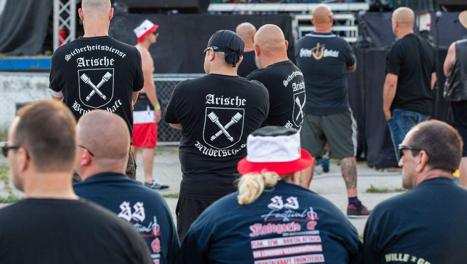 """Besucher auf dem Areal des """"Schild und Schwert""""-Festivals. Einige von ihnen tragen T-Shirts der Arischen Bruderschaft."""