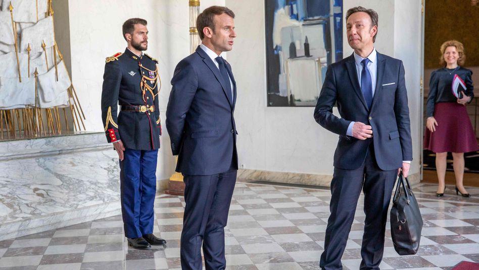 Frankreichs Präsident Emmanuel Macron spricht mit dem Kulturgut-Beauftragten Stéphane Bern