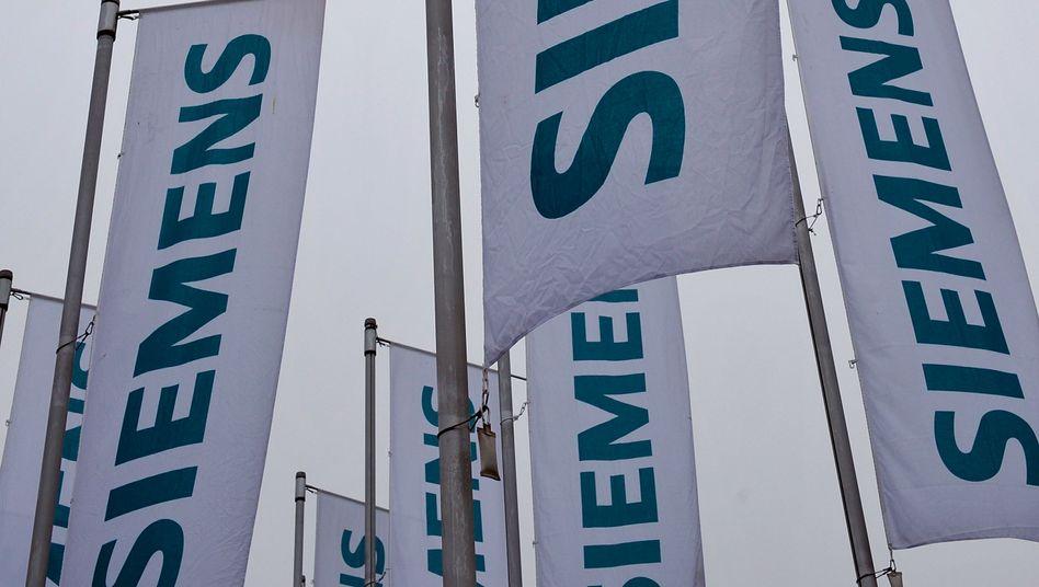 Fahnen der Siemens AG vor der Olympiahalle München