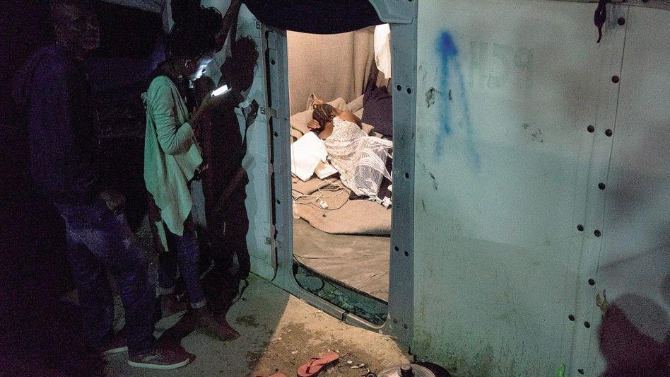 Bewohner des Flüchtlingslagers Moria auf Lesbos: Die griechischen Behörden sind mit den Verfahren überfordert
