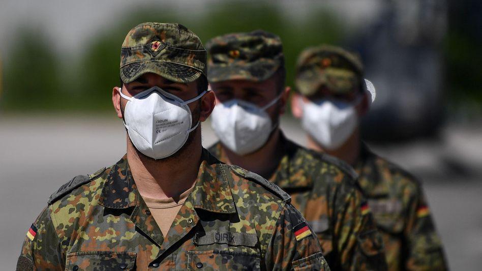 Neubiberg bei München im März: Bundeswehrsoldaten mit Schutzmasken auf dem Gelände der Bundeswehruniversität