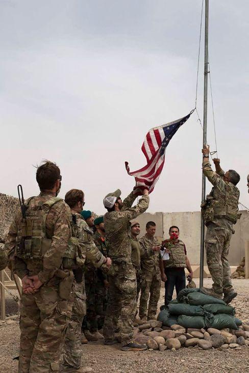 Übergabe an die Afghanen: US-Truppen nehmen im Camp Antonik in der Provinz Helmand die Flagge ab