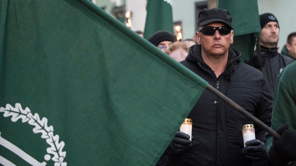 Ein Anhänger der rechtsextremen Kleinstpartei »III. Weg« demonstriert in Fulda (Archivbild)