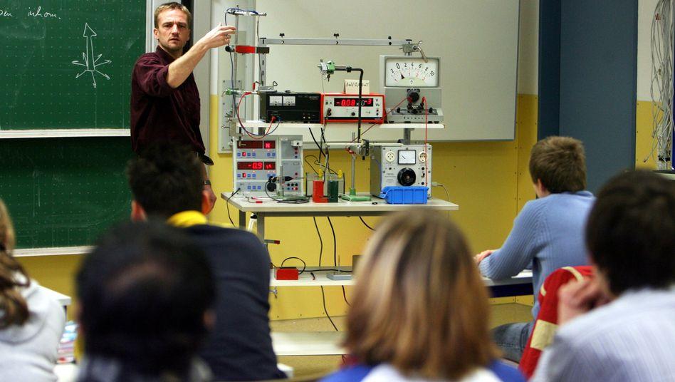 """Physikunterricht in Baden-Württemberg (Archivbild): """"Wie lange haben Sie gebraucht, um den 20-minütigen Vortrag für das letzte Meeting vorzubereiten?"""""""