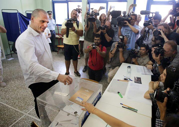 Varoufakis bei seiner Stimmabgabe