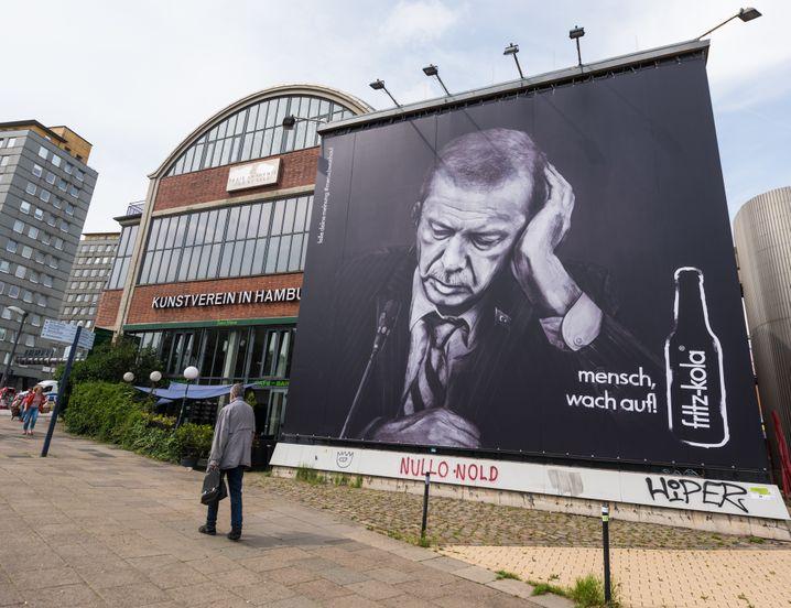 Ein Werbeplakat des Getränkeherstellers fritz-kola mit einem Porträtfoto des türkischen Präsidenten Erdogan hängt am 29.06.2017 in Hamburg an der Außenfassade am Kunstverein Hamburg. Foto: Christophe Gateau/dpa +++(c) dpa - Bildfunk+++ | Verwendung weltweit