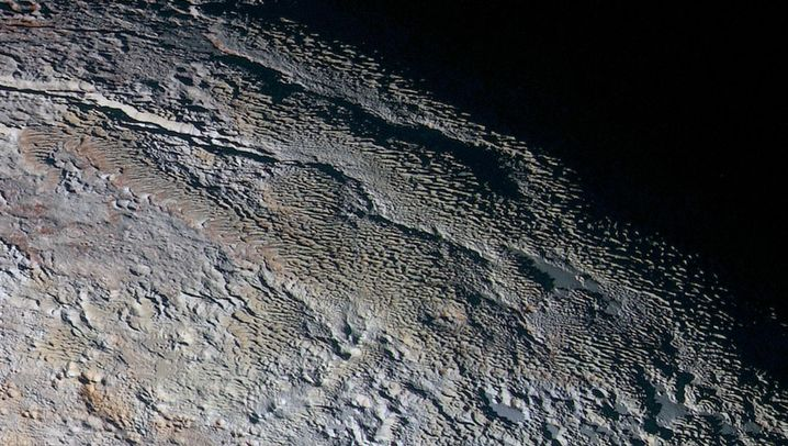 Pluto: Schlangenhaut auf dem Zwerplaneten