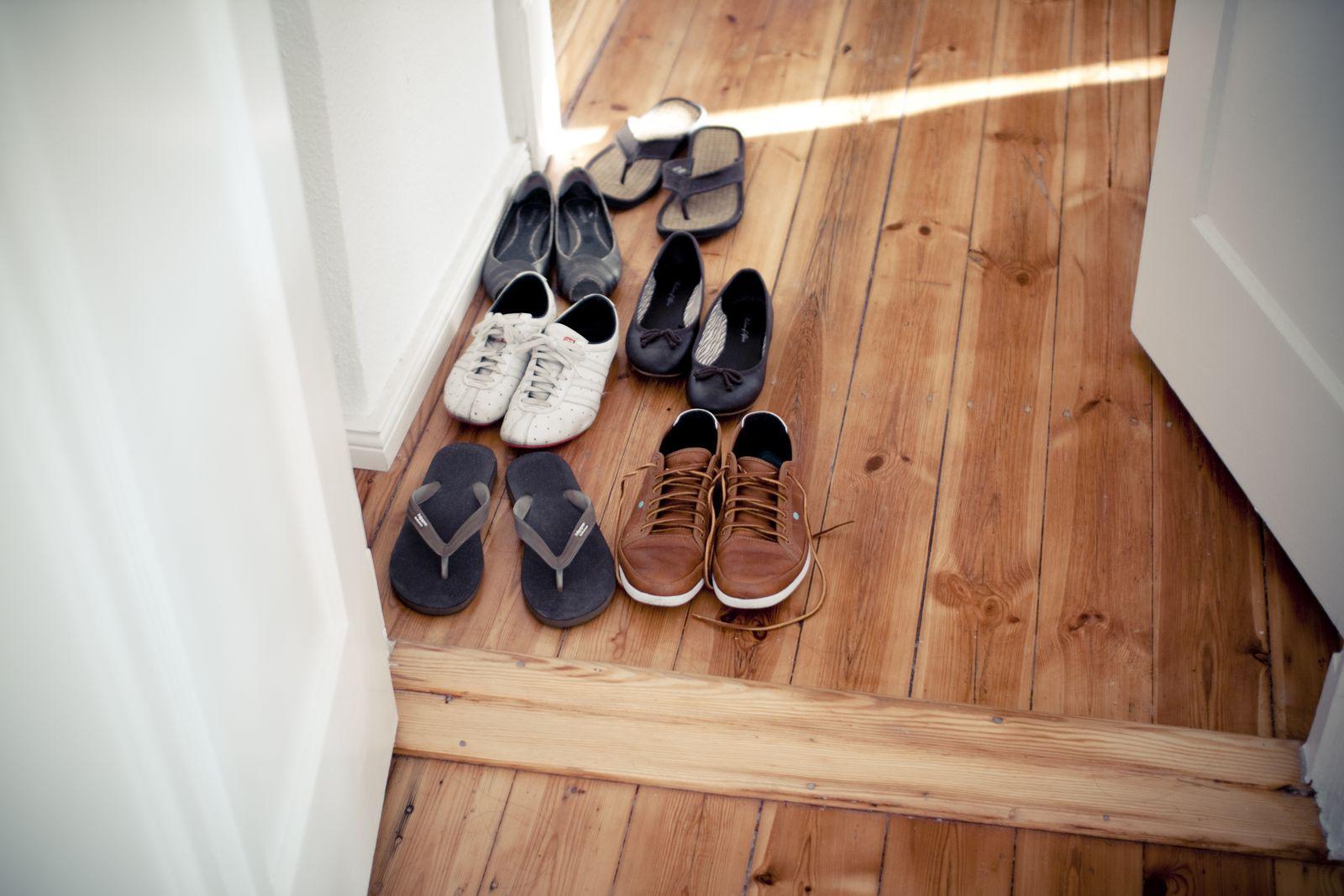 EINMALIGE VERWENDUNG Schuhe vor Wohnungstür