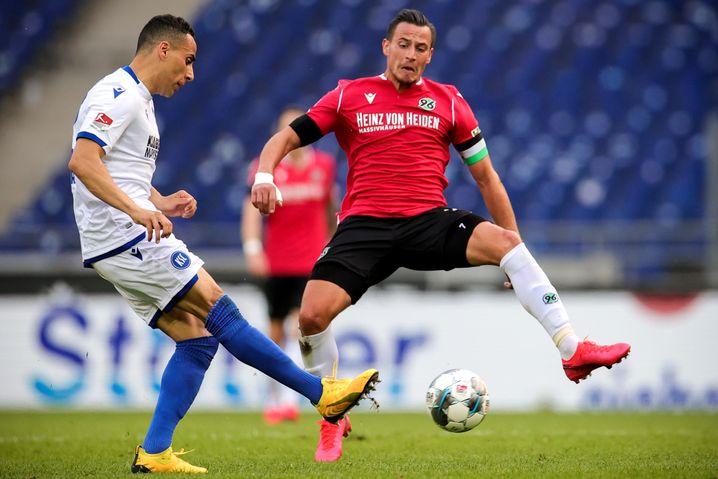 Zweitliga-Partie Karlsruhe gegen Hannover - vor leeren Zuschauerrängen