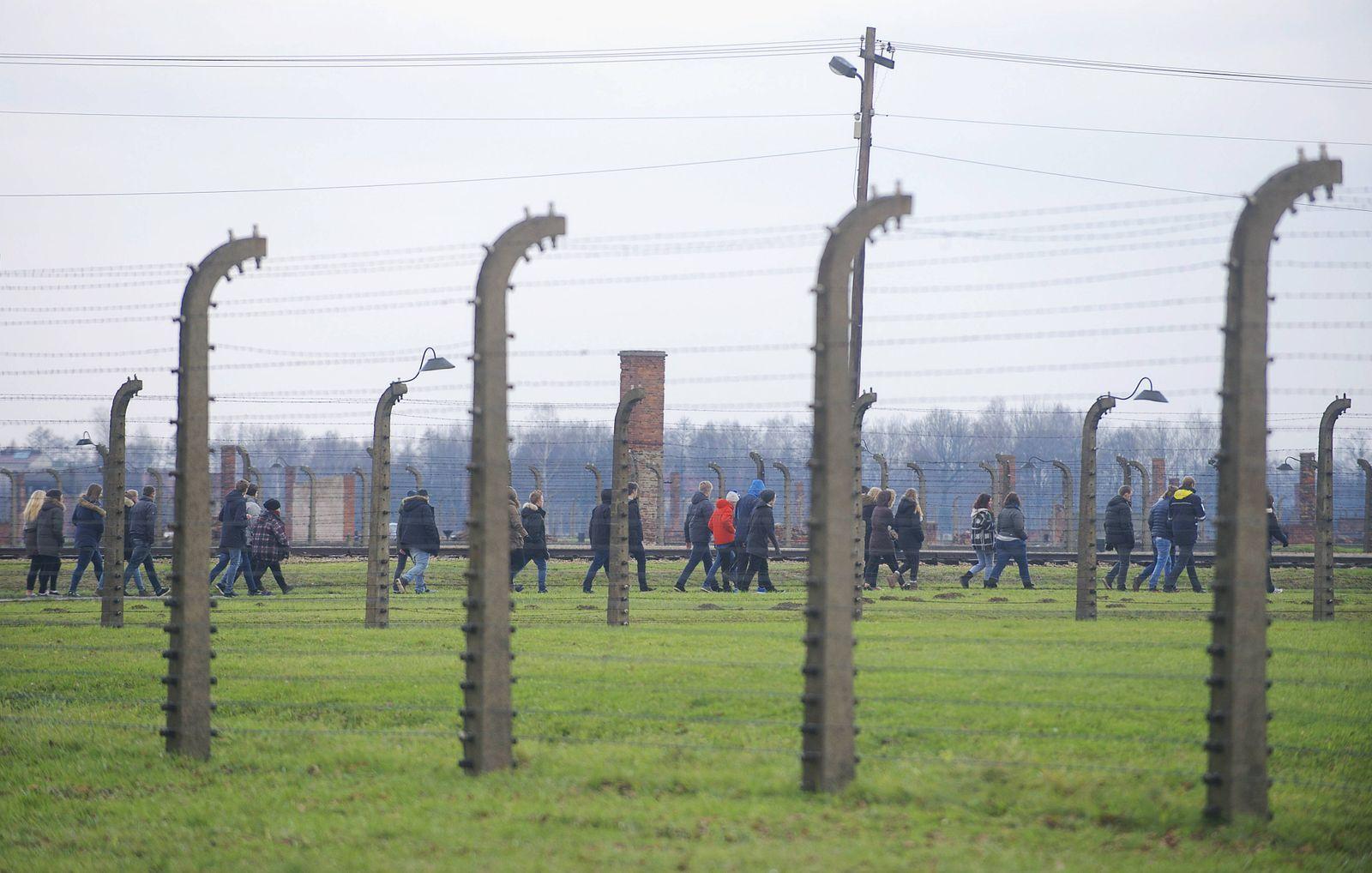 Eine Schulklasse besichtigt das ehemalige Konzentrationslager Auschwitz Birkenau Auschwitz 2 in Po
