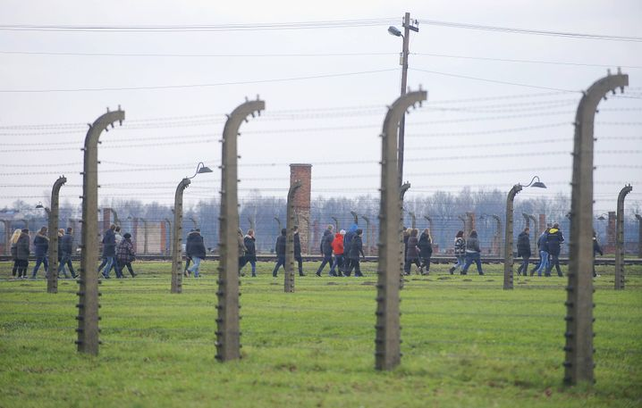 Schulklasse in Auschwitz-Birkenau: Schon die Ausmaße des Lagers sind für Jugendliche beeindruckend