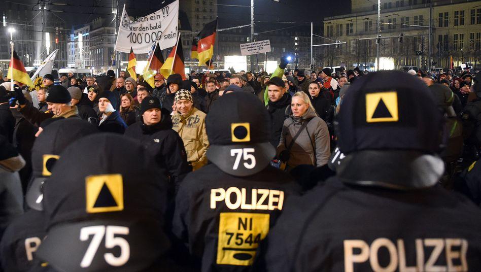 Legida-Demo in Leipzig: Randaliererverletzen Polizisten und Journalisten