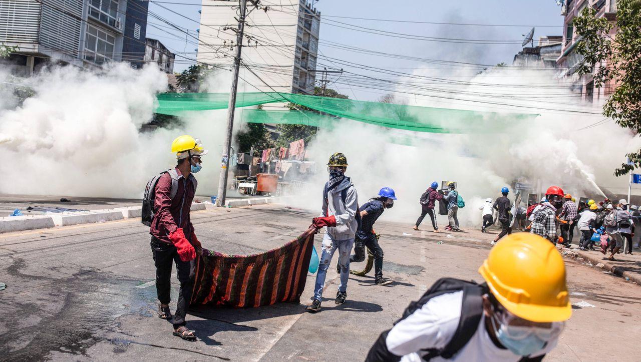 Nach Protesten gegen Putsch: Myanmars Militär schießt offenbar mit scharfer Munition auf Demonstranten - DER SPIEGEL