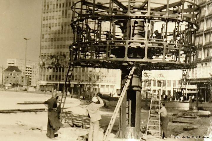 Zehn Meter hohe Systemkritik: Aufbau der Uhr auf dem Berliner Alexanderplatz