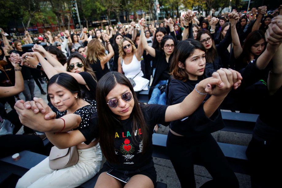 Frauen demonstrieren in Mexiko-Stadt gegen Femizide und Gendergewalt
