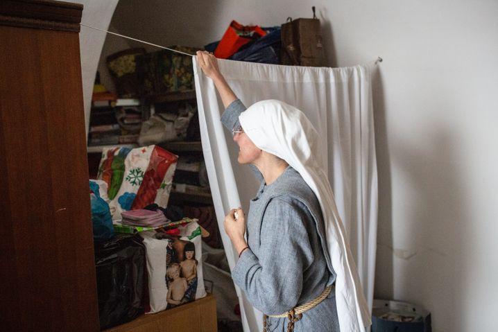 Schwester Chiara sammelt Spenden, die Menschen aus Caltagirone für die geflüchteten Frauen abgeben